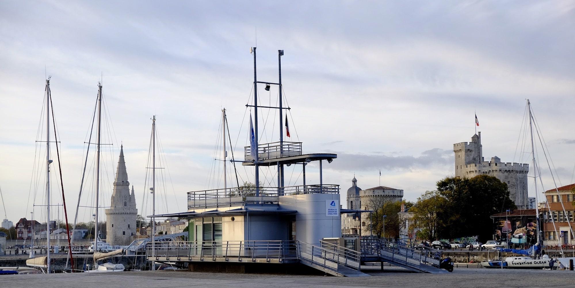 La Capitainerie Du Port et les Tours de La Rochelle